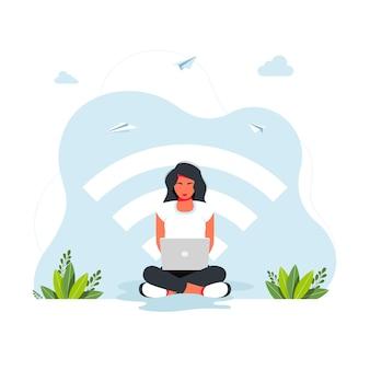 無料のwifiゾーン。公共の無料wifiホットスポットゾーンワイヤレス接続、ビジネスコンセプト。大きなwi-fiアイコンの背景にラップトップで作業している蓮華座に座っている女性。フリーランスのコンセプト