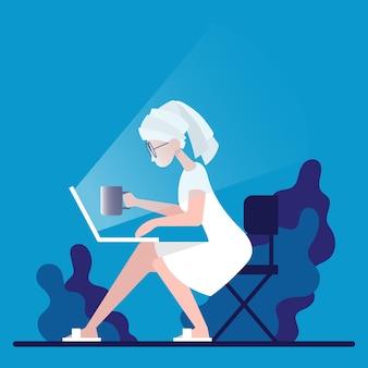 Разработчик-фрилансер смотрит на ноутбук и пьет кофе для онлайн- и виртуальной рабочей встречи