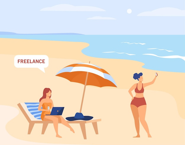 휴가에 일하는 프리랜서 직원. 바다 또는 해변에서 노트북을 사용하는 프리랜서