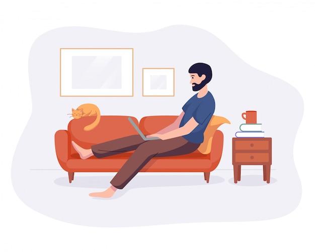 프리랜서 남자는 흰색에 고립 된 컴퓨터 평면 스타일과 소파에 집 편안한 공간에서 작동합니다. 프리랜서 캐릭터 자영업 개념 온라인 작업.