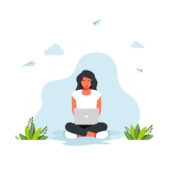 프리랜서, 온라인 공부, 집 개념에서 일합니다. 위치에 노트북과 함께 앉아 아름 다운 소녀입니다. 그 소녀는 연꽃 위치에 앉아 배경에 가정용 식물이 있는 노트북에서 일합니다.