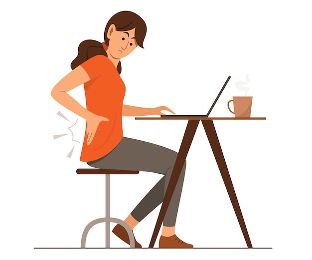 Женщина-фрилансер испытывает боли в спине в области талии во время работы в интернете с ноутбуком