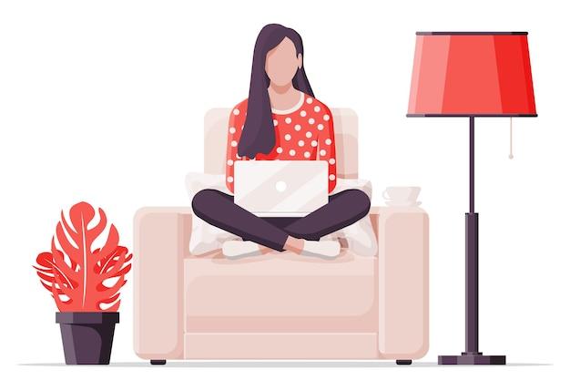 안락 의자에 있는 프리랜서 소녀는 집에서 일합니다. 식물, 플로어 램프가 있는 편안한 작업장 인테리어. 노트북, 음료 한잔과 함께 자에 젊은 여자. 원격 근무 온라인 교육. 평면 벡터 일러스트 레이 션