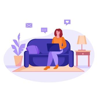 소파에 노트북을 놓고 공부하거나 집에서 일하는 프리랜서 소녀