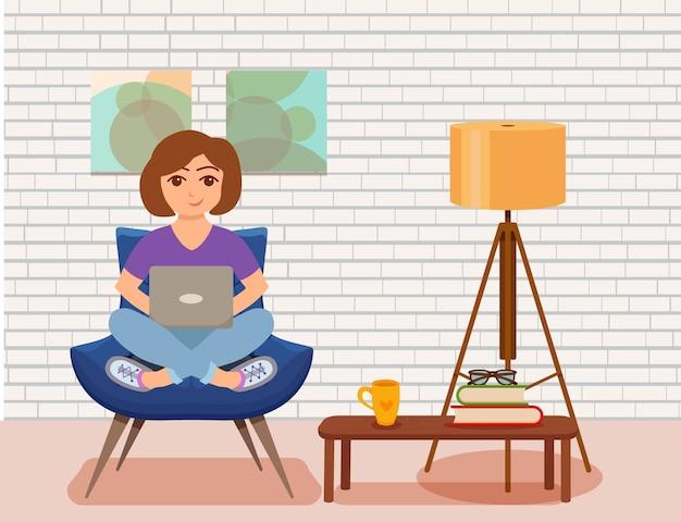 Фрилансер счастливая молодая женщина, работающая на кресле в современном интерьере комнаты