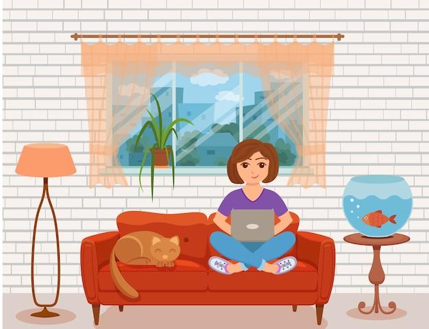 フリーランサーの幸せな若い女性が自宅のリビングルームのソファで働いています。コンピューターと一緒に座って、ラップトップを使用して家の中のインテリアフラットスタイルでネットワークを勉強またはやっている女の子のイラスト。
