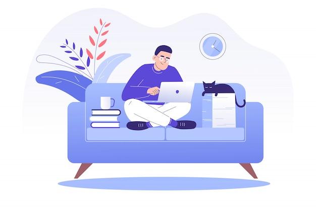Человек-фрилансер сидит на диване и работает в сети с ноутбуком дома