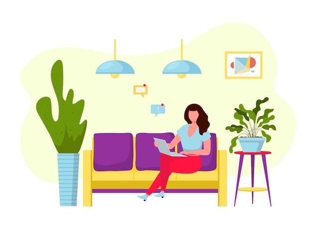 소파에 컴퓨터와 프리랜서 여자입니다.