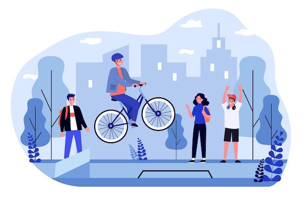 フリースタイルの自転車乗り。彼の自転車でジャンプするヘルメットの陽気な男