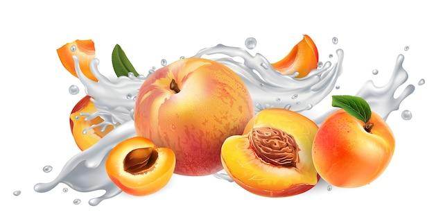Свежие абрикосы и персики в брызгах молока или йогурта на белом фоне.