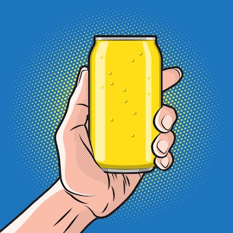 手に新鮮な飲み物缶
