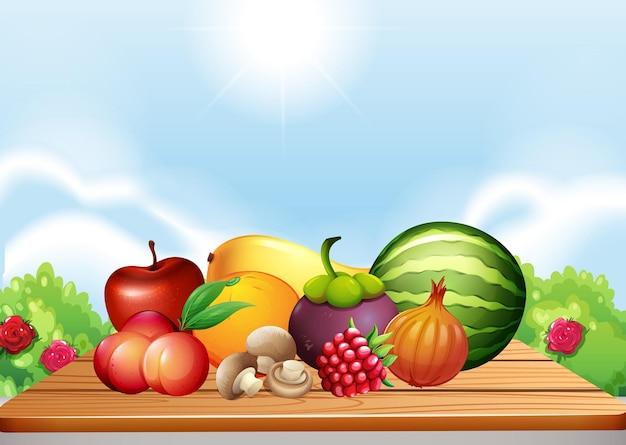 Свежие фрукты и овощи на столе