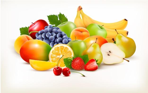 Свежие сочные фрукты и ягоды, изолированные на белом фоне.