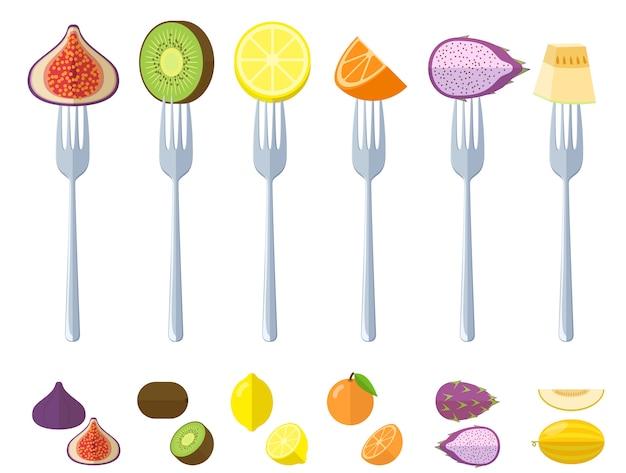 Свежие сочные сырые фрукты на вилках