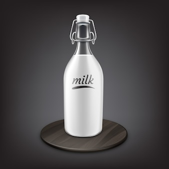 Свежее молоко в старомодной бутылке с металлической откидной крышкой или откидной крышкой на черной деревянной подставке, изолированной на сером фоне