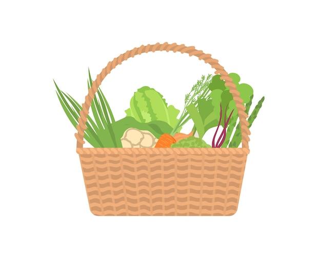 Свежие органические овощи в плетеной корзине, изолированные на белом фоне