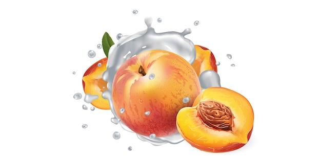 Свежие персики в молочных брызгах на белом фоне.