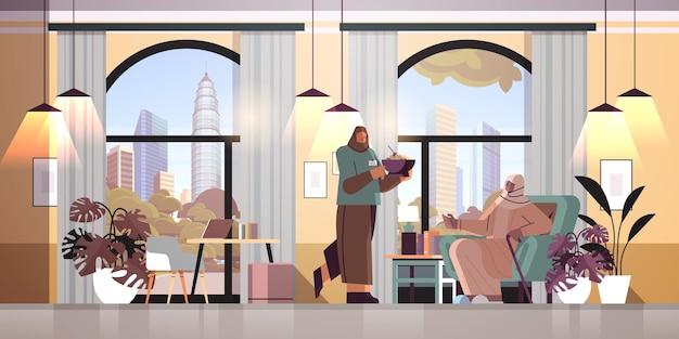 Дружелюбная медсестра или волонтер, приносящий еду арабской пожилой женщине, услуги по уходу на дому, концепция здравоохранения и социальной поддержки, интерьер дома престарелых, горизонтальная полная длина, векторная иллюстрация