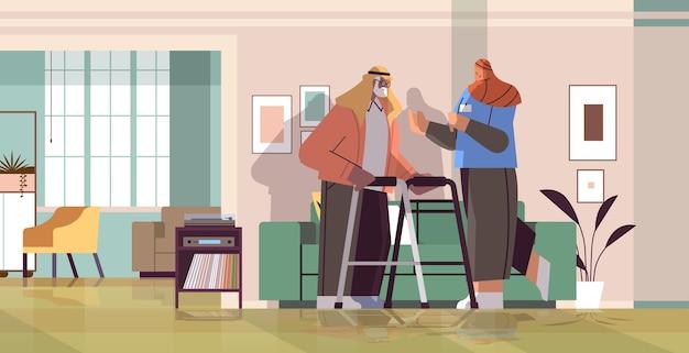 Дружелюбная медсестра или волонтер, поддерживающий арабского пожилого мужчину с ходунками, услуги по уходу на дому, концепция здравоохранения и социальной поддержки, горизонтальная полная длина, векторная иллюстрация