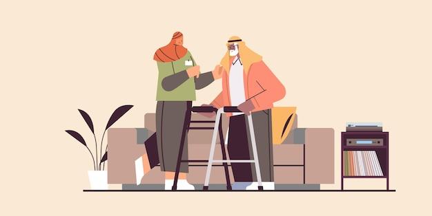 Приветливая медсестра или волонтер, поддерживающий пожилого арабского мужчину с ходунками, услуги по уходу на дому, здравоохранение