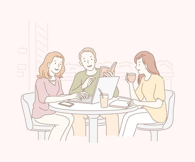 野外カフェで友達とラインアートで一緒にチャット