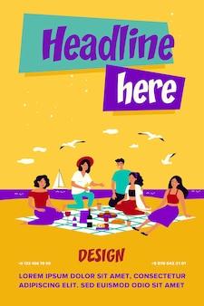 海でピクニックを楽しんでいる友達。格子縞の食べ物や飲み物と一緒にビーチに座っている幸せな人々のグループ
