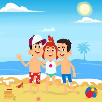 Друзья обнимаются на пляже на морские каникулы.