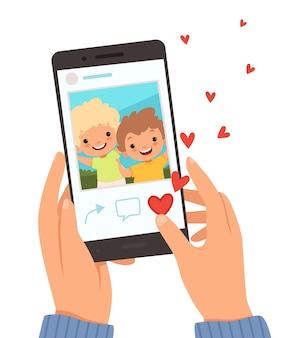 友達のポートレート。ソーシャルウェブサイトの漫画の背景のように画面に幸せな笑顔の子供たちの写真とスマートフォンを持っている手。