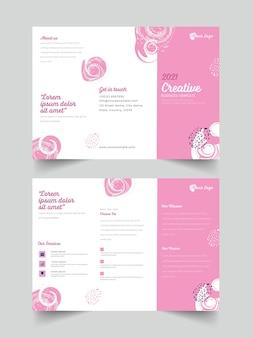 ピンクと白の色で2021年の三つ折りパンフレットテンプレートデザインの正面図と背面図。
