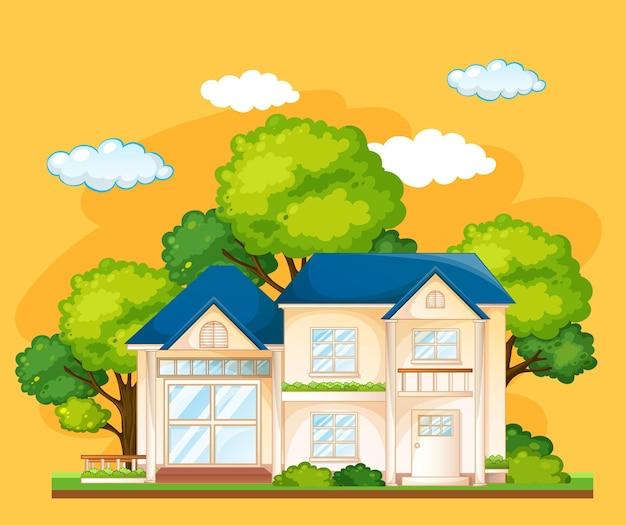 노란색 배경에 많은 나무가 있는 집 앞