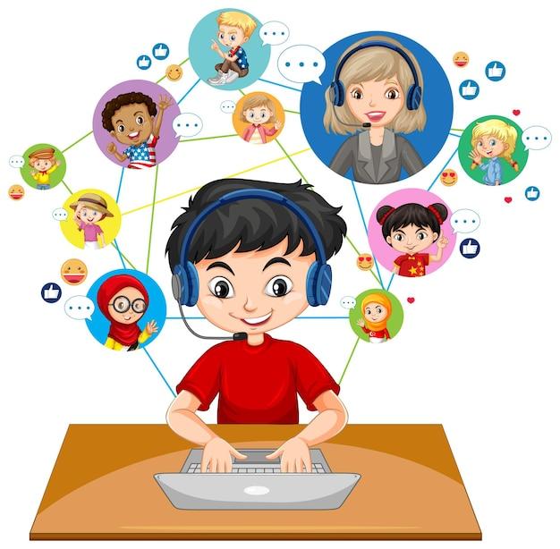 Вид спереди мальчика, использующего ноутбук для общения по видеоконференции с учителем и друзьями