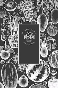 フルーツとベリーのテンプレート。手には、チョークボードに熱帯果物のイラストが描かれました。刻まれたスタイルのフルーツ。レトロなエキゾチックな食べ物のバナー。
