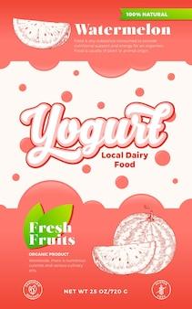 과일, 딸기 요구르트 라벨 템플릿입니다. 추상적 인 벡터 유제품 포장 디자인 레이아웃입니다. 거품과 손으로 그린 수박 조각 스케치 실루엣 배경이 있는 현대적인 타이포그래피 배너입니다. 외딴.