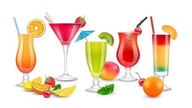 Фруктовые напитки. сезонные летние реалистичные коктейли. ягоды, фруктовые алкогольные и безалкогольные напитки.