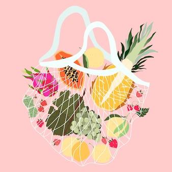 メッシュバッグの果物。再利用可能なecoバッグに入ったさまざまなトロピカルフルーツ。地元の食料品店のパイナップル、ブドウ、ドラゴンフルーツ、レモン、イチゴ。健康食品の配達。