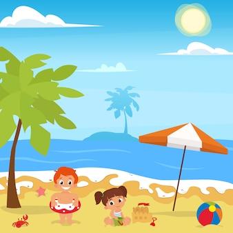 Веселье на пляже. счастливые дети строят замки из песка и играют в пляжный мяч.