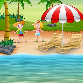 Смешные дети на пляже в соломенной шляпе