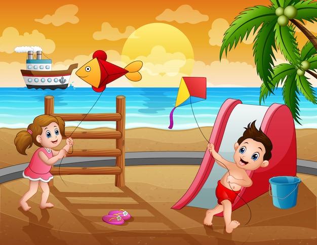 夏休みにカイトを遊んでいる面白い子供たち