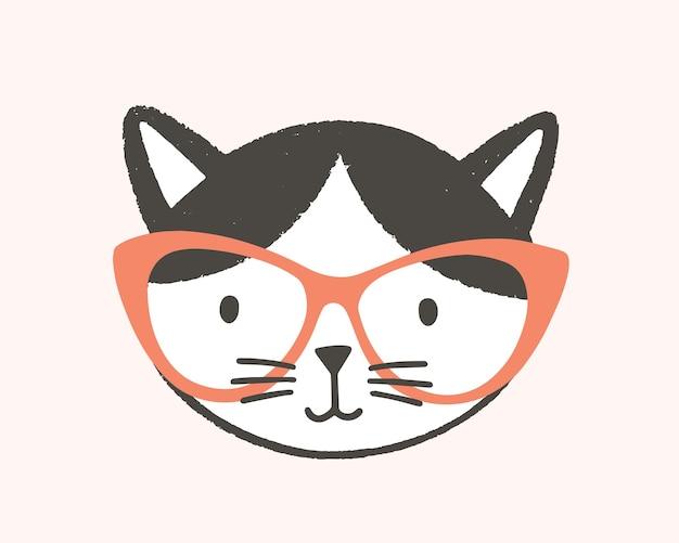 안경을 쓴 영리한 고양이의 재미있는 얼굴이나 머리. 흰색 배경에 고립 된 스마트 새끼 고양이의 귀여운 만화 총구. 아기 티셔츠나 스웨트셔츠 인쇄를 위한 플랫 스타일의 유치한 벡터 삽화.