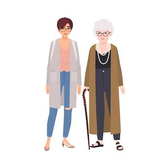 Смешные бабушка и внучка стоя и разговаривают. счастливая старушка и молодая девушка весело вместе. симпатичные дедушка и бабушка и внук-подросток