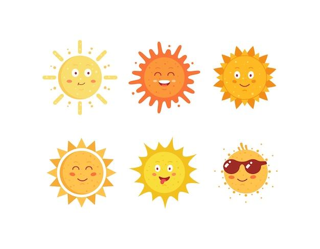 재미있는 손으로 그린 태양. 귀여운 태양 이모티콘 아이콘을 설정합니다. 여름 맑은 얼굴 이모티콘 모음.