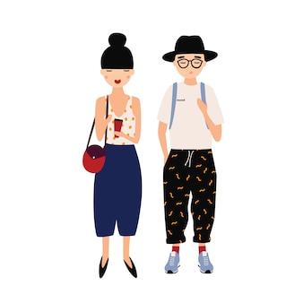 面白い流行に敏感な男と女が一緒に立っているスタイリッシュな派手な服を着ています。