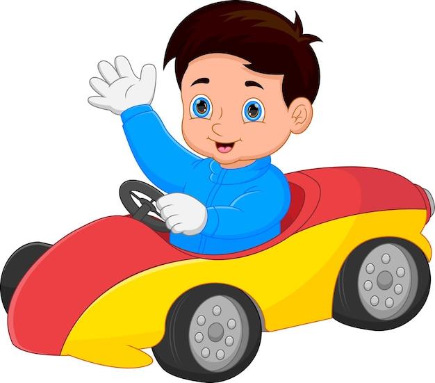 おもちゃの車を運転して手を振っている面白い男の子