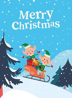 겨울 숲에서 선물 상자 썰매 타기와 함께 재미있는 작은 산타 엘프 캐릭터. 벡터 평면 만화 일러스트 레이 션. 크리스마스 카드, 포스터, 현수막, 배너, 스티커, 태그, 포장 등