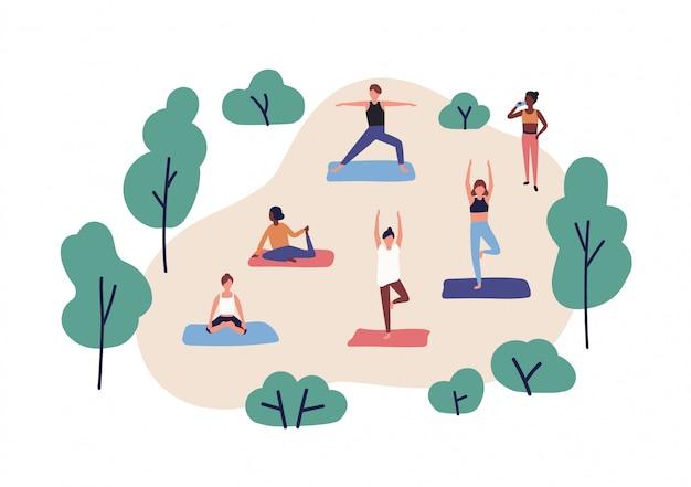 공원에서 요가 연습하는 재미있는 사람들. 귀여운 남자와 여자 체조 운동 야외 공연의 그룹입니다. 에어로빅 훈련, 피트니스 또는 스포츠 활동. 플랫 만화 화려한 일러스트입니다.