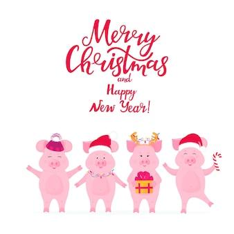 Веселые свиньи в шапках санты с подарком. копилка с оленьими рогами. поздравительная открытка с рождеством и новым годом с рукописной надписью.