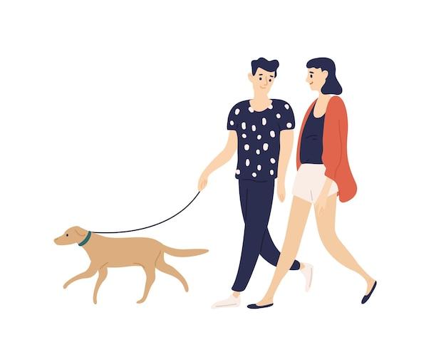 Забавная романтическая пара гуляет с собакой на изолированном поводке. милый мальчик и девочка со своим домашним животным