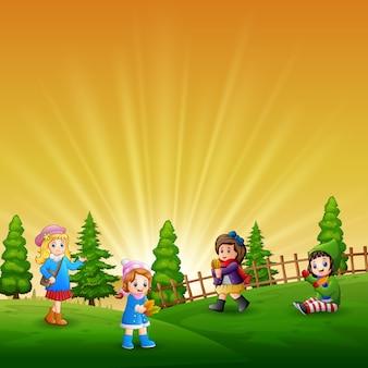 Смешные дети, играющие в саду