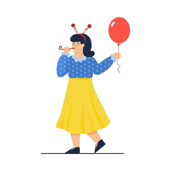 赤い風船を保持しているお祝いの休日のギアで面白い女性