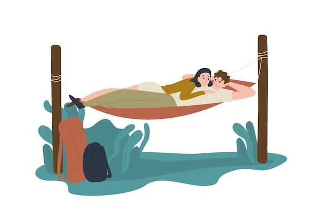 재미있는 젊은 남자와 여자 hummock에 함께 누워. 행복 한 귀여운 소년과 소녀 야외에서 휴식입니다.